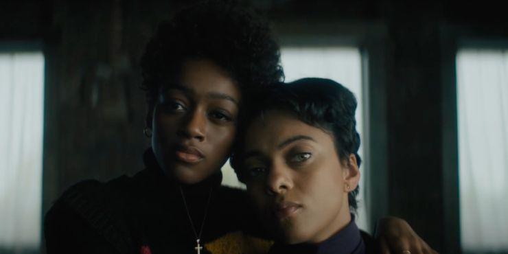 Duas mulheres pretas se abraçando em uma foto de Beauty, filme da Netflix